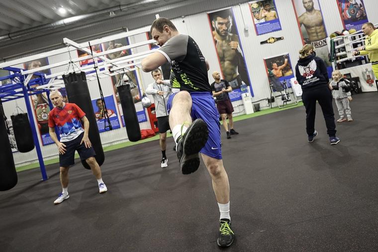 Министр РФ научился боксировать на встрече с мировым главой бокса