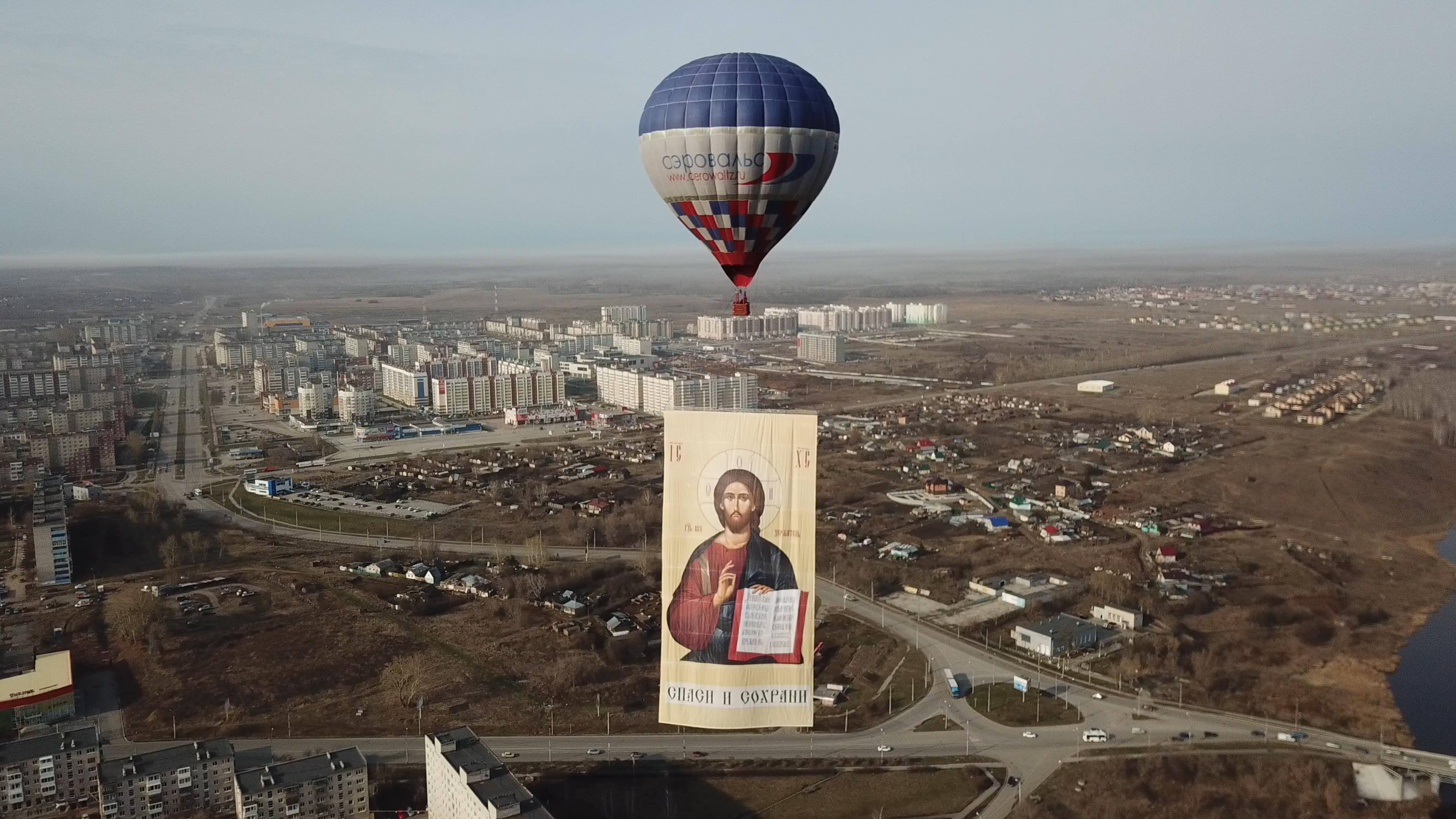 Гигантский образ Иисуса Христа воспарил в небе над Каменском-Уральским.